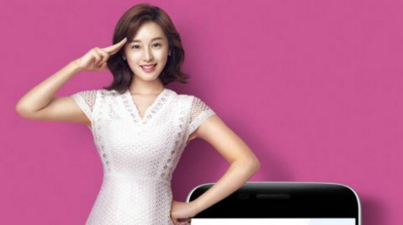 https: img.okezone.com content 2016 07 14 33 1438200 kim-ji-won-jadi-model-baru-shinhan-card-uJKVtn1eGU.jpg