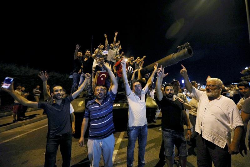 Warga Turki bersorak usai upaya kudeta gagal (Foto: Huseyin Aldemir/Reuters)