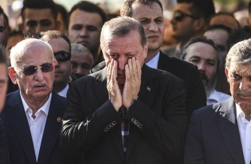 Presiden Turki Recep Tayyip Erdogan berlinang air mata (Foto: Bulent Kilic/AFP)