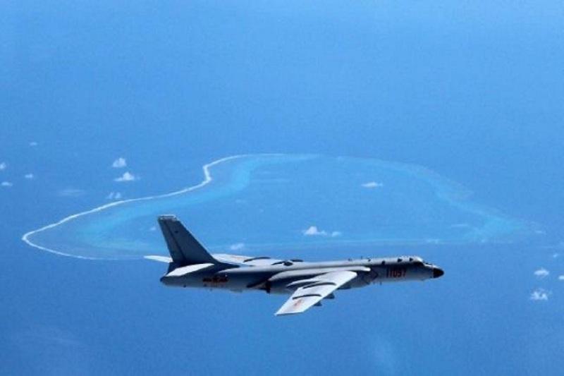 Pesawat bomber nuklir China 6-HK di atas Laut China Selatan. (Foto: Weibo)