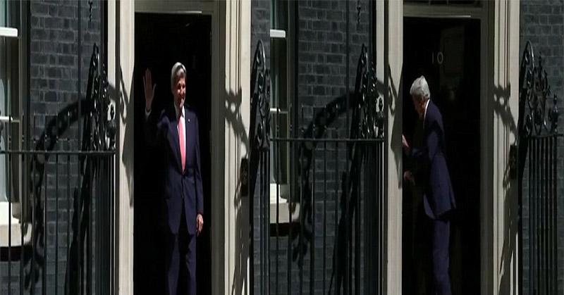 Foto ketika Menlu Inggris terbentur pintu dinas PM Inggris (Foto: Daily Mail)