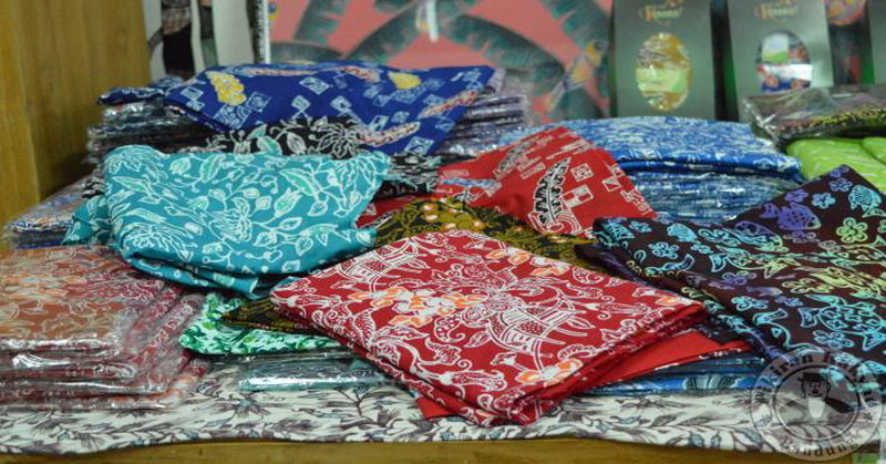 https: img.okezone.com content 2016 07 20 194 1442266 warna-warna-cerah-jadi-ciri-khas-batik-sukabumi-WttUUvCUcK.jpg