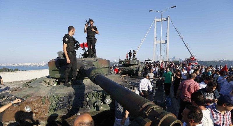 Dua personel polisi Turki berdiri di atas tank milik militer Turki (Foto: Murad Sezer/Reuters)