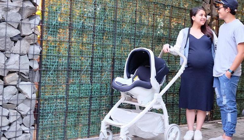 https: img.okezone.com content 2016 07 22 481 1444313 foto-tya-ariestya-berbagi-tips-beli-stroller-bayi-57X229JUY9.jpg