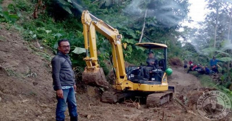 https: img.okezone.com content 2016 07 25 525 1445867 bencana-pergerakan-tanah-di-cianjur-rusak-puluhan-rumah-warga-lvS7qruyjT.jpg