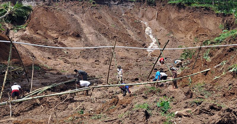 https: img.okezone.com content 2016 07 25 525 1446521 407-rumah-rusak-akibat-pergerakan-tanah-di-sukabumi-GYNTUs6wjV.jpg