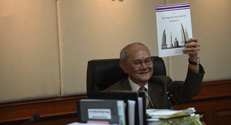 Ketua Komisi Naskah Konstitusi Thailand, Meechai Ruchupan memegang proposal konstitusi baru Filipina (Foto: AFP)