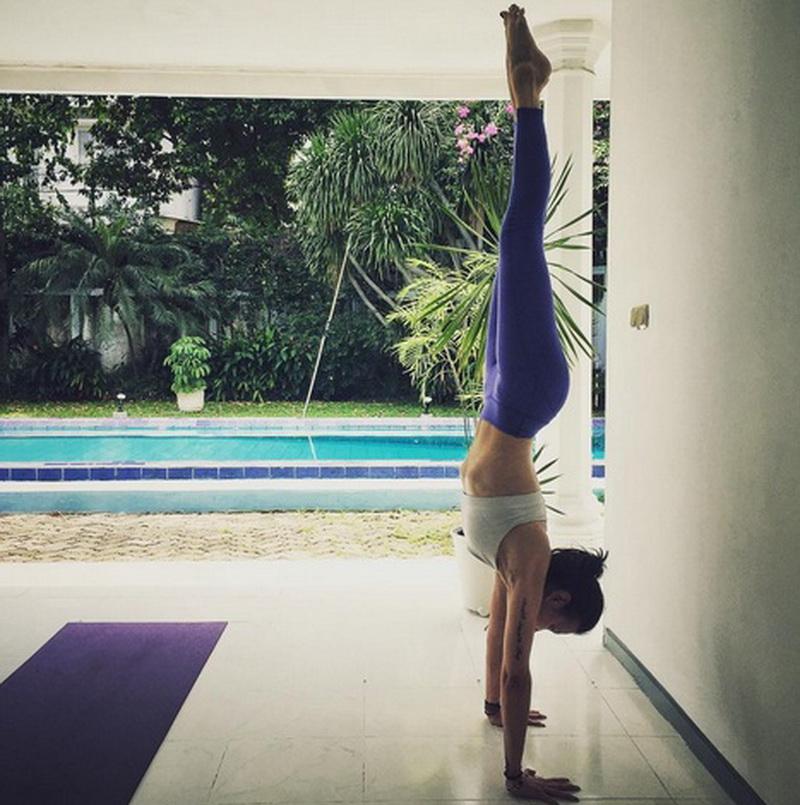 https: img.okezone.com content 2016 07 26 481 1447106 foto-yuk-intip-sophia-latjuba-melakukan-handstand-wCkxPzJ9Ty.jpg
