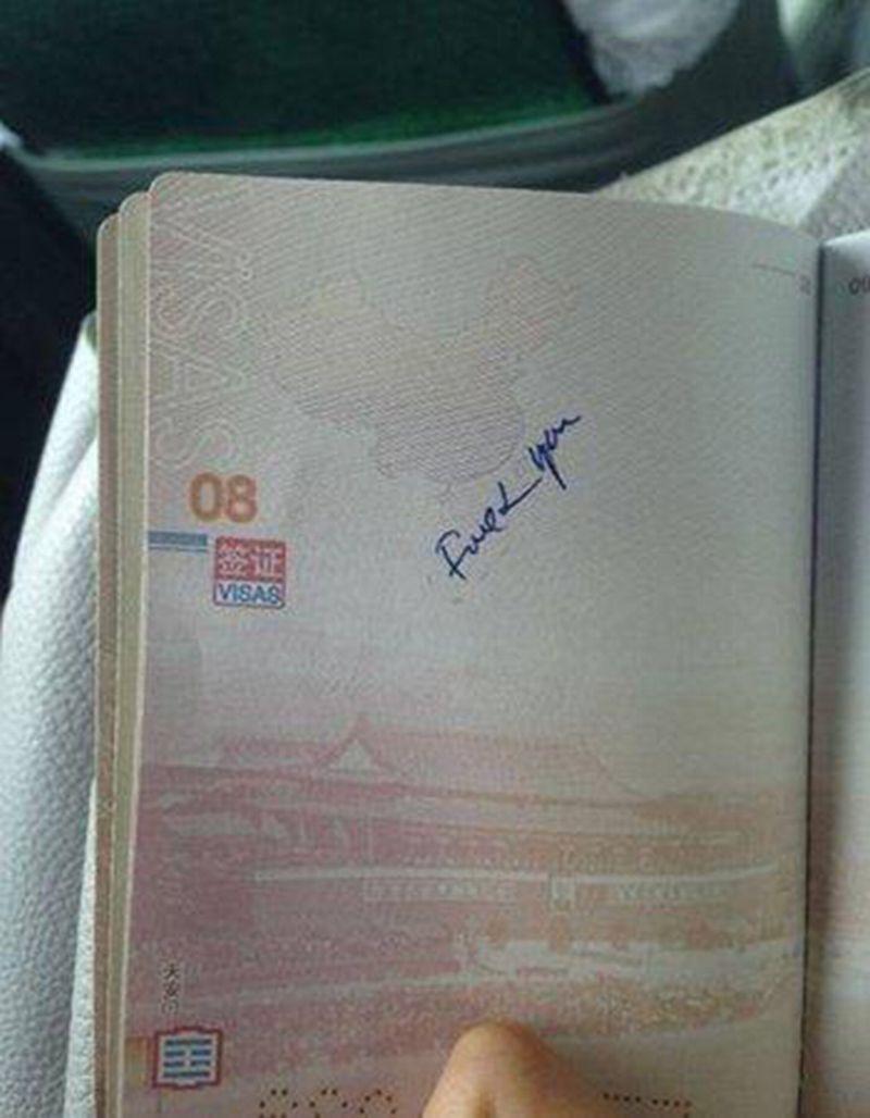 Foto tulisan 'keparat kau' yang tertera di paspor turis asal China (Foto: Shanghaiist)