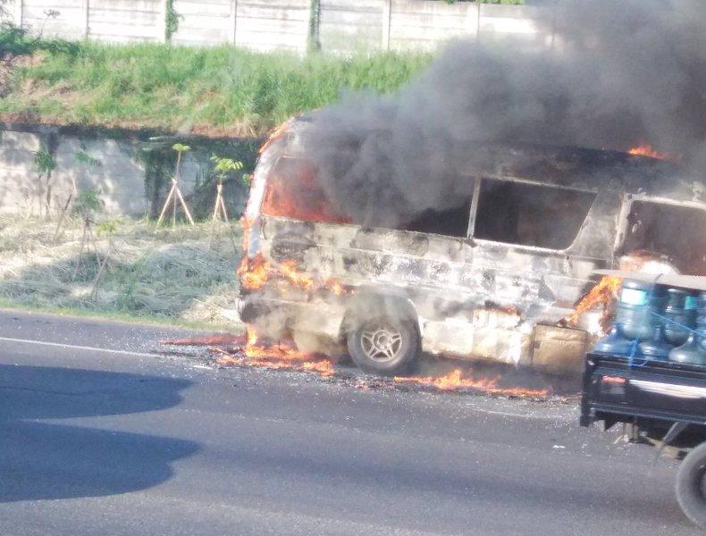 https: img.okezone.com content 2016 07 31 338 1451158 bus-terbakar-di-tol-bekasi-arah-jakarta-1mHidkRawF.jpg