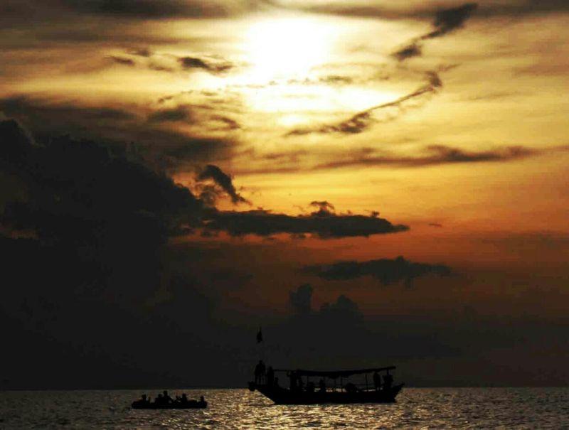 https: img.okezone.com content 2016 08 01 406 1451886 membius-keindahan-wisata-bahari-indonesia-melalui-pantai-dampo-awang-41uK3OJApX.jpg