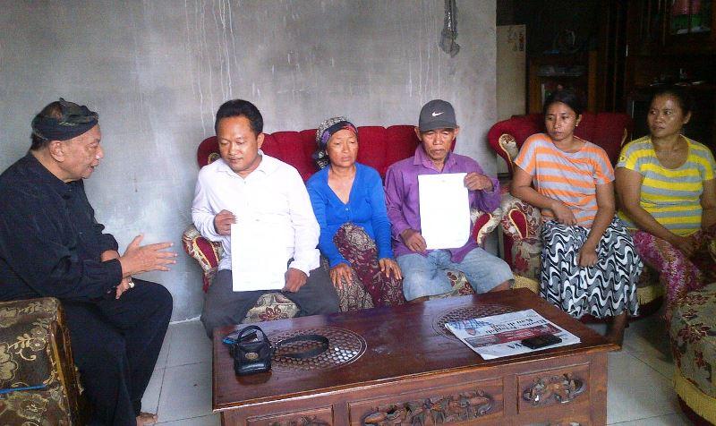 Marsilan dan istri hanya bisa pasrah ditipu polisi gadungan (Foto: Nurul Arifin/Okezone)
