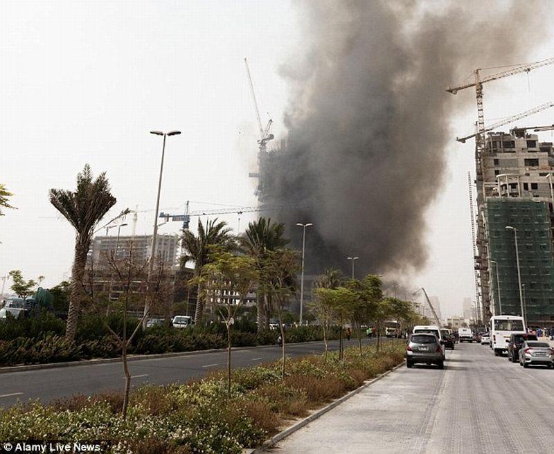 Asap hitam terlihat mengepul dari arah apartemen (Foto: Alamy Live News)