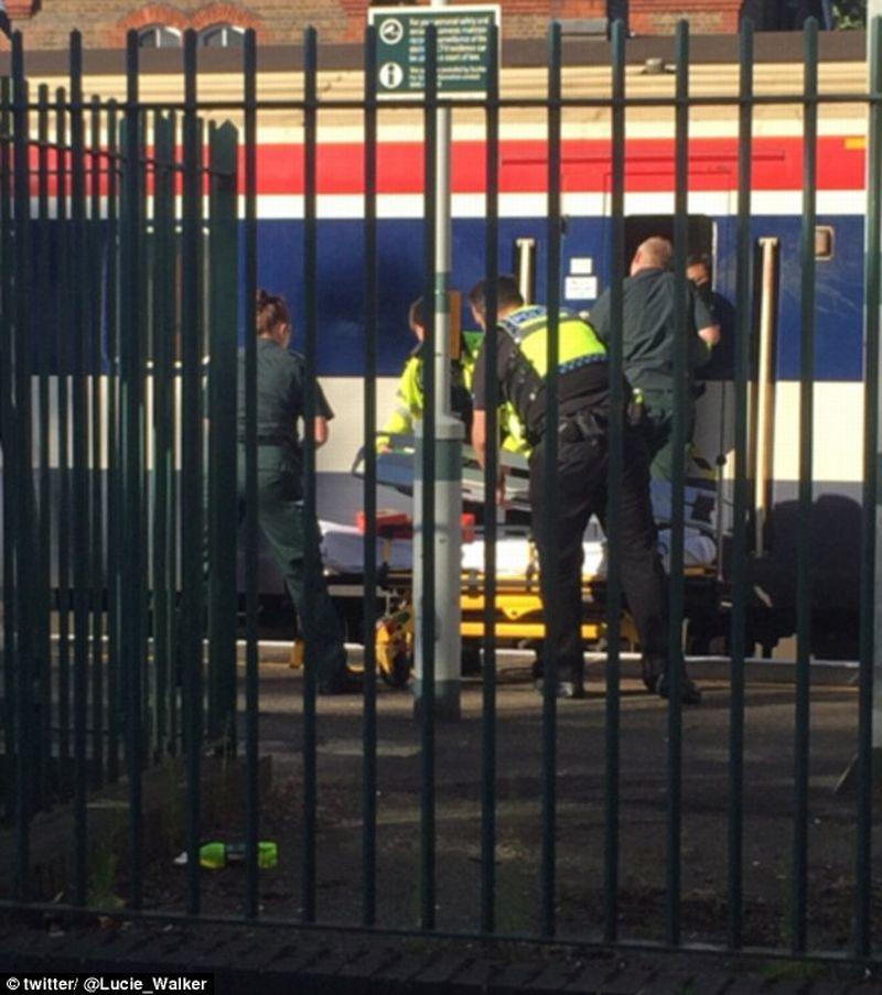 Foto ketika polisi dan tim ambulans mengevakuasi jenazah korban dari gerbong kereta (Foto: Twitter)