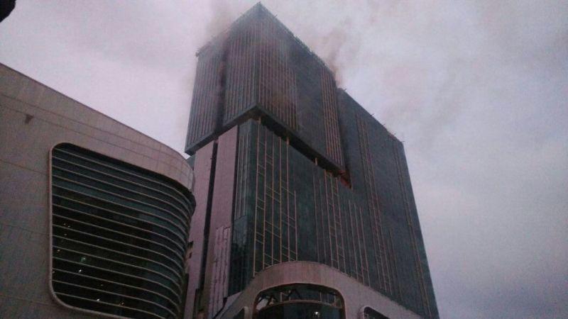 Gedung Swiss-Belhotel di Jalan Boulevard, Kelapa Gading, Jakarta Utara, terbakar (Lina Fitria/Okezone)