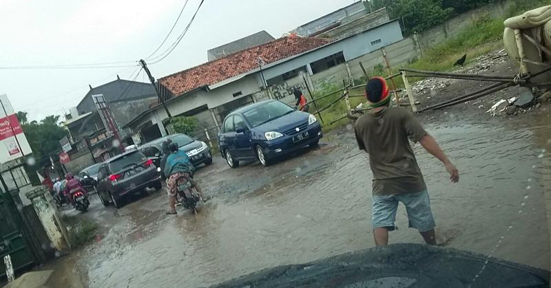 Kondisi jalan rusak yang terus dibiarkan pemda Bogor tanpa ada upaya untuk memperbaiki (foto: Yadi Hendriana)