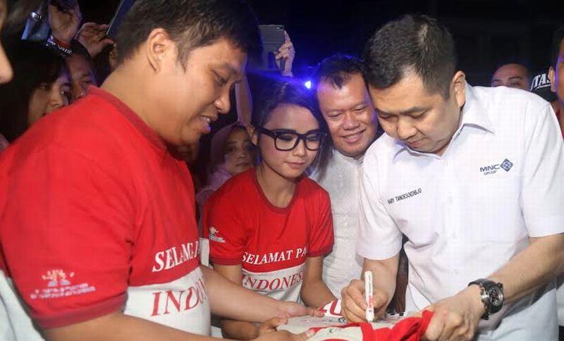 https: img.okezone.com content 2016 08 09 65 1458675 hary-tanoe-nonton-teater-sma-selamat-pagi-indonesia-GFs3LSNQic.jpg