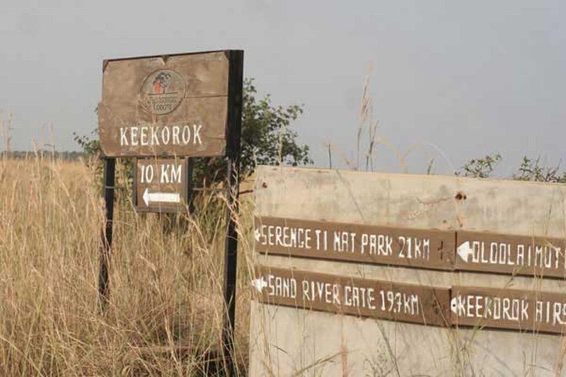 Papan petunjuk yang menunjukkan lokasi penginapan tempat terjadinya insiden penusukan tersebut (Foto: Daily Nation)