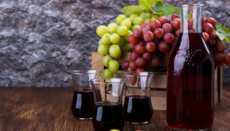 https: img.okezone.com content 2016 08 10 481 1459728 sejuta-manfaat-minum-segelas-jus-anggur-merah-lmj91aljS5.jpg