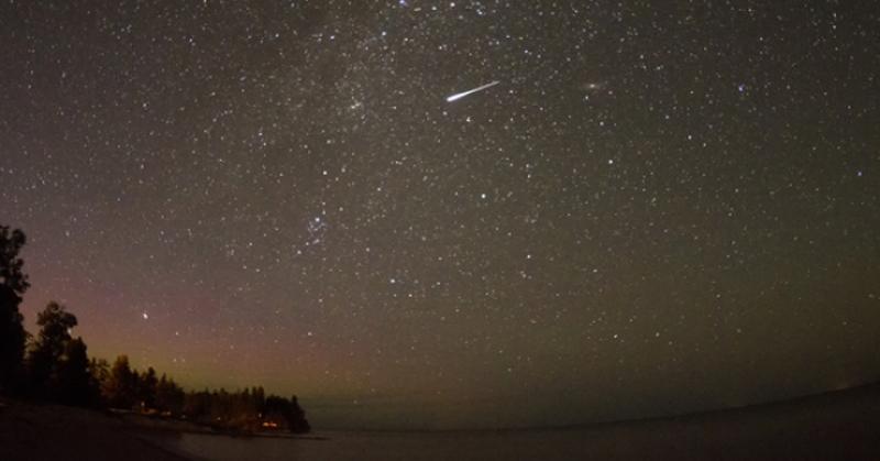 https: img.okezone.com content 2016 08 11 56 1460804 malam-ini-200-meteor-hiasi-langit-malam-setiap-jam-qfPXJ3Zota.jpg