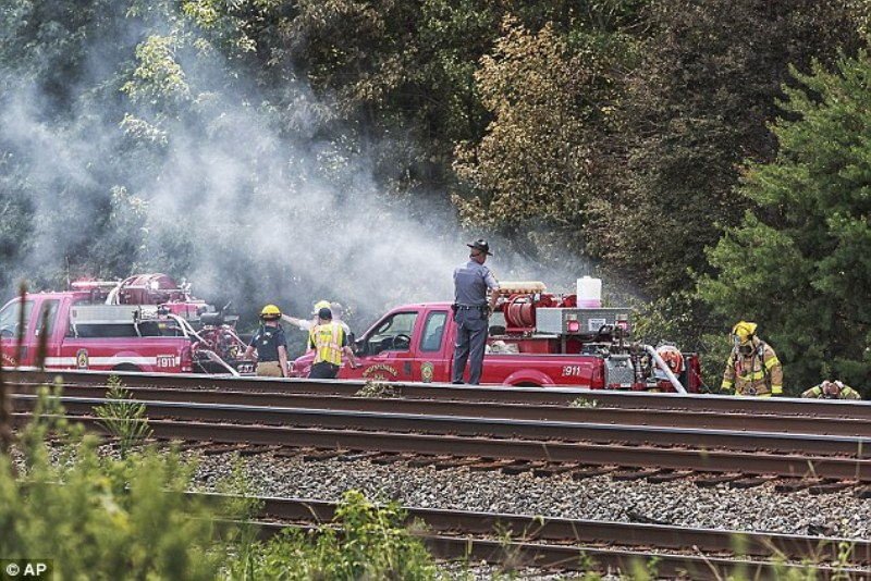 Proses evakuasi korban kecelakaan pesawt di Virginia, AS. (Foto: AP)