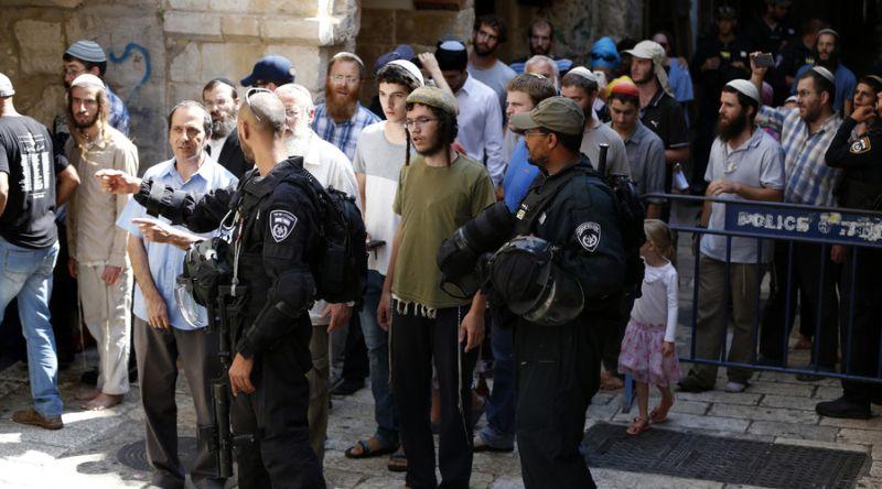Foto ratusan warga Yahudi yang dikawal polisi untuk memasuki Masjidil Aqsa (Foto: AFP)