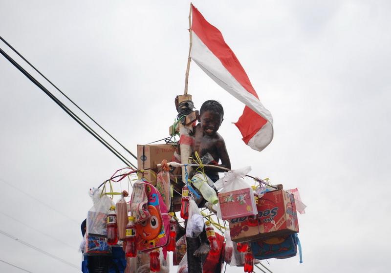 Rebutan hadiah lomba panjat pinang di jayapura berakhir for Dekor 17 agustus di hotel
