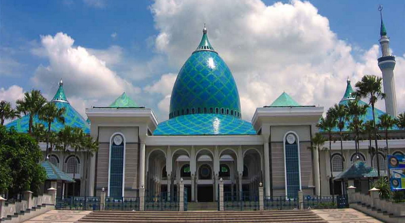 https: img.okezone.com content 2016 08 17 519 1465963 warga-turki-ikuti-upacara-hut-ri-di-masjid-al-akbar-surabaya-WwgbpqGuXL.jpg