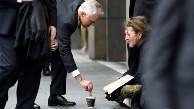 PM Australia Malcolm Turnbull memberi uang tunai kepada pengemis sebesar AUD5. (Foto: AAP)