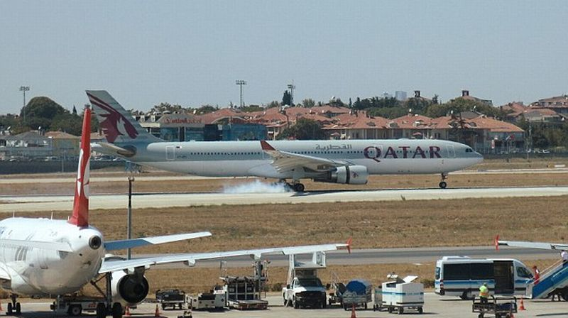 https: img.okezone.com content 2016 08 19 406 1467698 percikan-api-qatar-airways-mendarat-di-turki-aKBS5wXarD.jpg