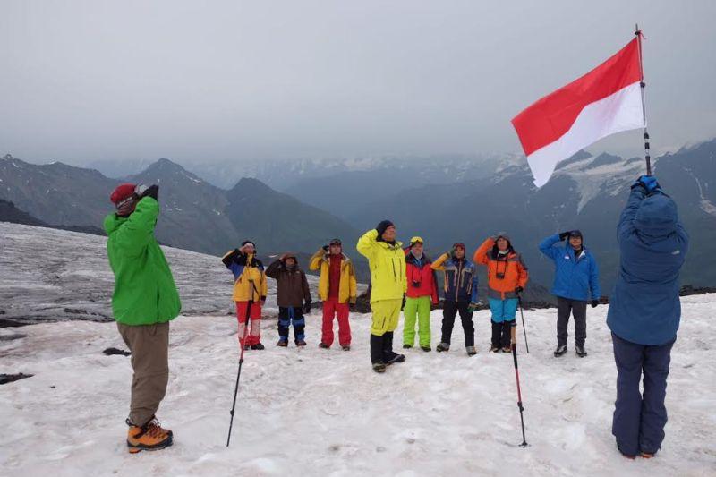 https: img.okezone.com content 2016 08 19 406 1468276 bangga-merah-putih-berkibar-di-pegunungan-elbrus-rusia-0Qx8d3OHNu.jpg