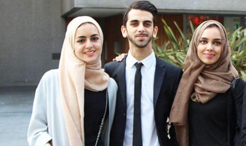 https: img.okezone.com content 2016 08 24 18 1471760 dicurigai-isis-keluarga-muslim-diturunkan-dari-pesawat-vvURHjTLUO.jpg