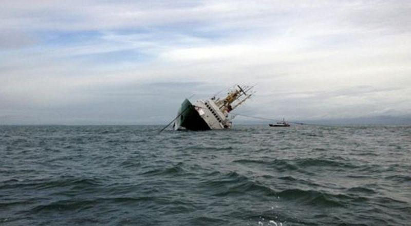 https: img.okezone.com content 2016 08 24 525 1471519 kapal-petuk-yang-terdampar-di-perairan-pangandaran-dievakuasi-ErKp9TucnZ.jpg