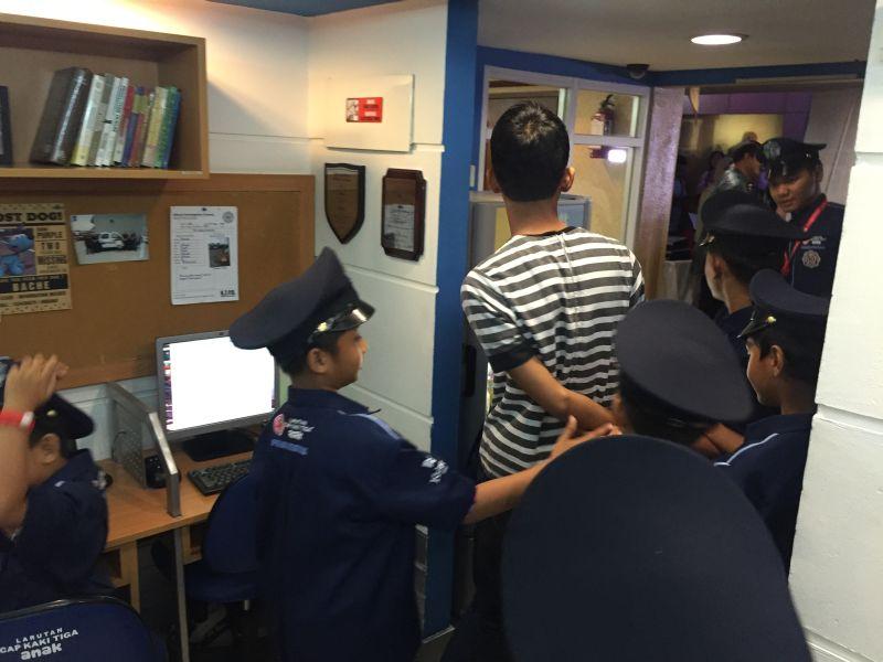 https: img.okezone.com content 2016 08 25 406 1472943 wahana-permainan-ini-ajak-anak-mengenal-kepolisian-di-indonesia-msFNPqOgHi.jpg