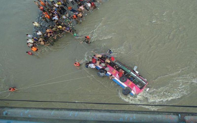 Foto bus yang terjun ke sungai di Nepal (Foto: Channel 24)
