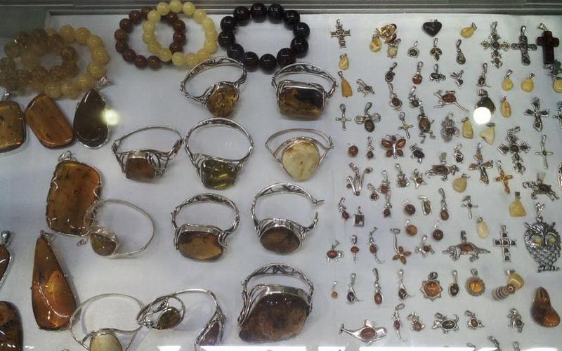 https: img.okezone.com content 2016 08 28 194 1475114 tidak-perlu-ke-eropa-perhiasan-amber-dijual-di-pameran-perhiasan-mutumanikam-jcc-9GI4niGLZo.jpg