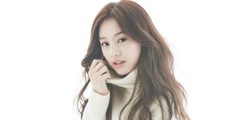 https: img.okezone.com content 2016 08 31 33 1477883 kim-ji-won-jadi-model-baru-pembalut-wanita-berkat-dots-KrCSdt7hlT.jpg