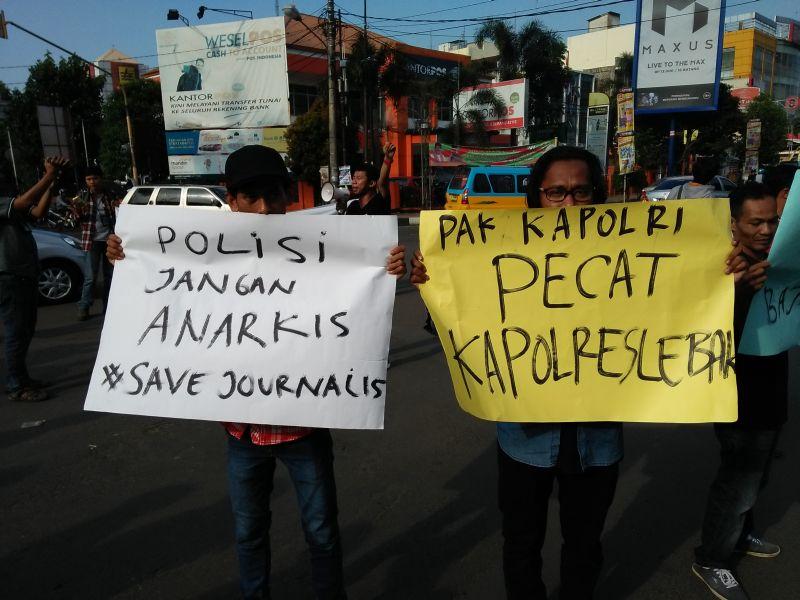 Aksi Solidaritas Wartawan Terhadap Arogansi Oknum Polisi di Lebak (foto: Iqbal/Okezone)