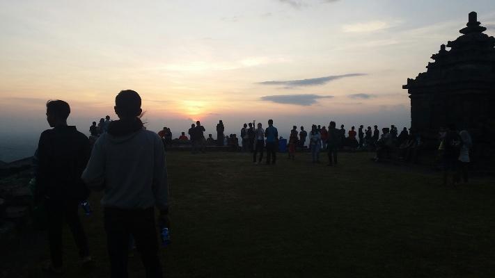https: img.okezone.com content 2016 09 01 510 1479164 antusias-warga-saksikan-gerhana-matahari-cincin-di-candi-ijo-jpqSmr73uP.jpg