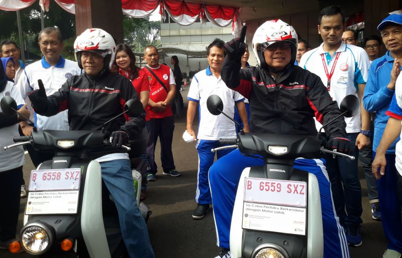 Dirjen Perhubungan Darat Pudji Hartanto jajal skuter listrik Honda EV Neo (Foto: Pius/Okezone)