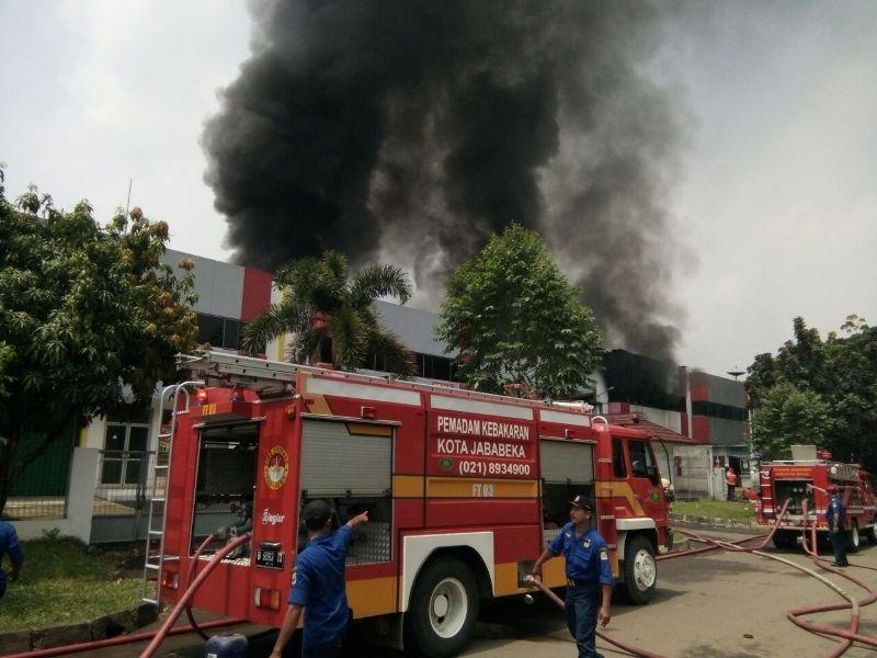 Petugas saat berusaha memadamkan api di pabrik PT Lea Tat Chemindo (Djamhari/Okezone)