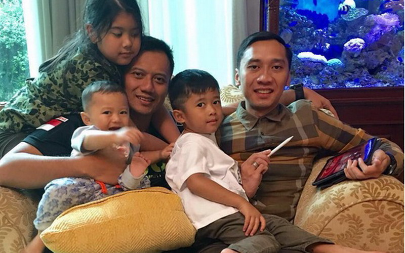 https: img.okezone.com content 2016 09 08 196 1484686 intip-aksi-seru-anak-dan-cucu-sby-bikin-gemas-Tfj9sZpXB9.jpg