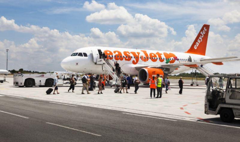 Pesawat EasyJet mendarat darurat untuk menurunkan penumpang bermasalah. (Foto: Getty)