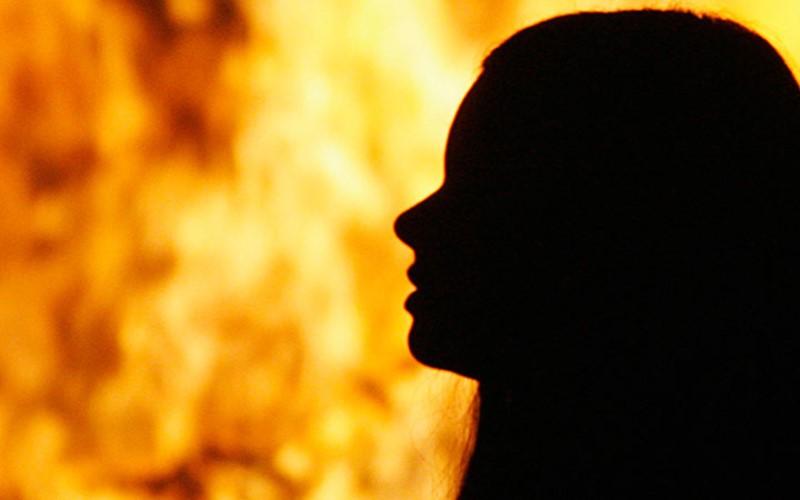 Muslim perempuan dibakar. (Foto: Reuters)