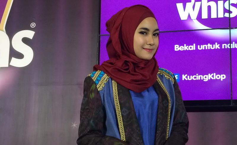 https: img.okezone.com content 2016 09 17 33 1491532 anisa-rahma-pilih-gaya-hijab-yang-simple-HJx0zfdaiU.jpg