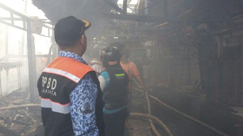 Petugas saat memadamkan kebakaran yang melanda toko di Pasar Poncol. (Foto: Twitter BPBD DKI Jakarta)