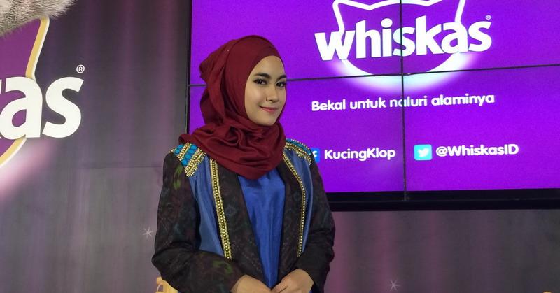 https: img.okezone.com content 2016 09 20 33 1494216 cara-anisa-rahmah-pilih-gaya-hijab-simple-3XcUI8WjhP.jpg