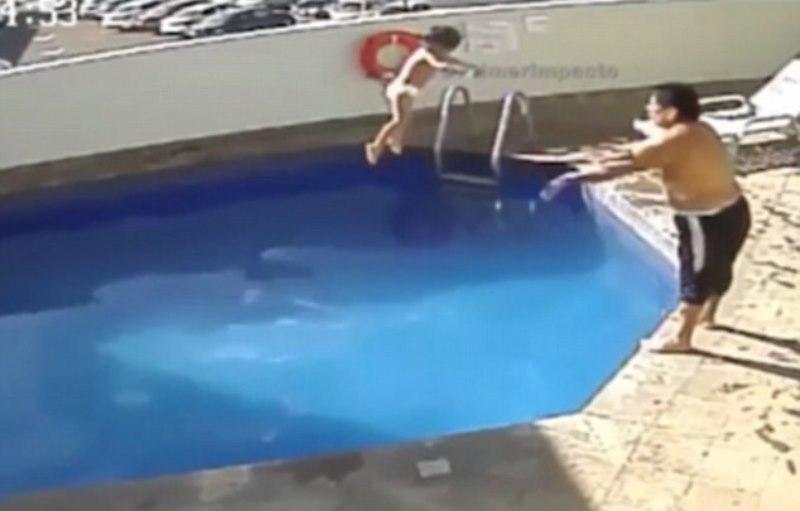 Jose menceburkan anak tirinya ke kolam dengan keras. (Foto: CEN/Metro)