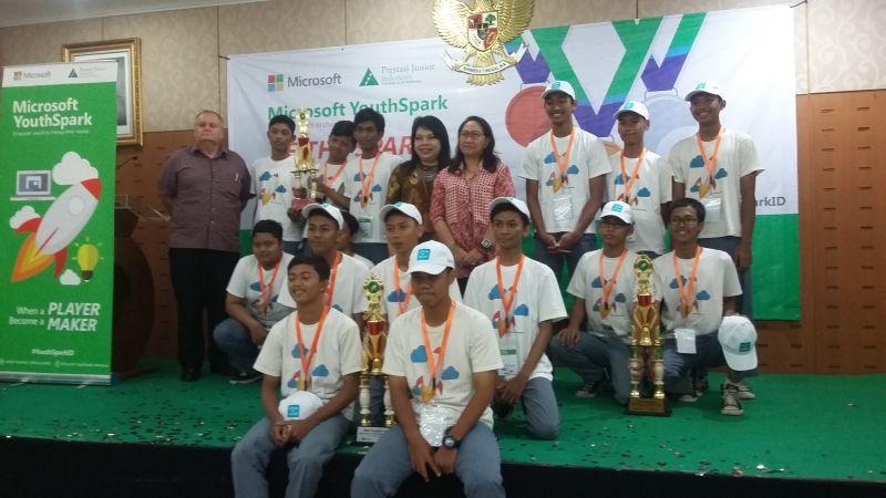 Para pemenang Miscrosoft YouthSpark 2016. (Foto: Iradhatie W/Okezone)