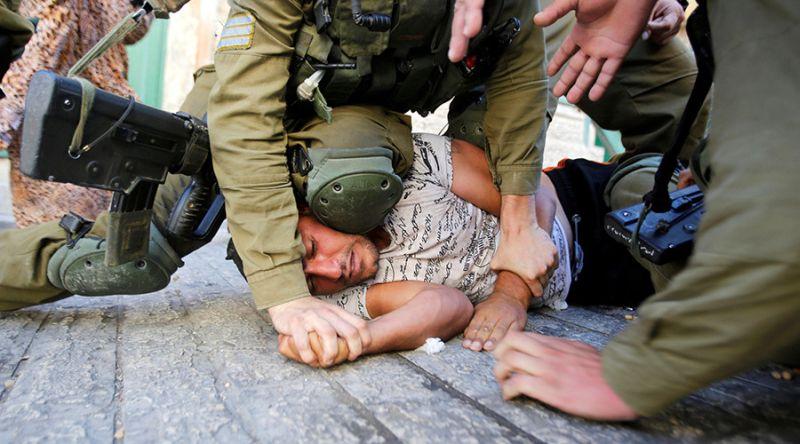 Foto sang pria Palestina yang ditekan kepalanya oleh tentara Israel (Foto: Reuters)